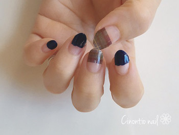 ■STEP1 ベースコートを塗ってから、2本の爪にタトゥーシールを、残りの爪にネイビーを半分塗ります。