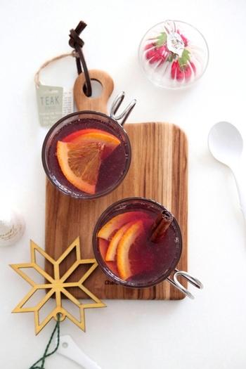 赤ワインにりんごジュースとオレンジを加えたホットサングリアはフルーティで、お酒が弱い方でも飲みやすい味わいです。美味しいホットワインでぽかぽかにあたたまった身体でベッドに入れば、寒い夜もよく眠れそうですよね。