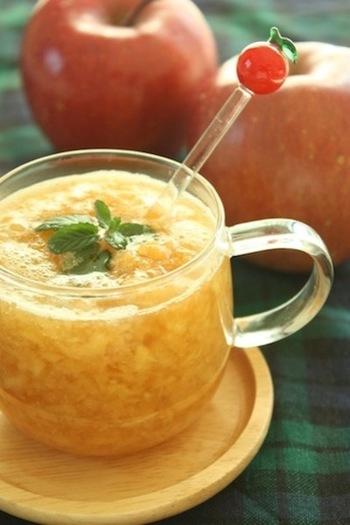 すりおろしたりんごと生姜、レモン汁を混ぜて電子レンジで温めて作ります。仕上げにハチミツの優しい甘みも加えましょう。果実たっぷりで栄養もとれるので、ちょっと風邪気味の時などにもぴったりです。