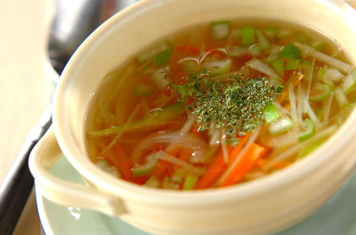 お野菜たっぷりのスープです。食感もシャキシャキっとして楽しめそう。玉ねぎとにんじんも大きさを揃えると食べやすい。最後にドライパセリをちょこっとのせればオシャレな一品に。