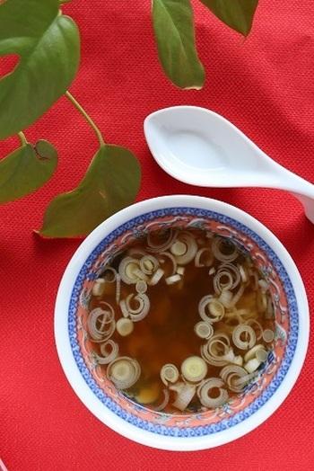 """続いて同じ中華スープですが、ベースは""""鶏ガラスープの素""""。お酢を使うことでさっぱりとした味になりました。ザーサイが旨みをたっぷり引き出してくれます。秘訣はお酢を加えたあとに、煮込みすぎないこと。"""
