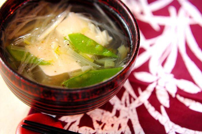 """白ネギにお豆腐ときぬさやを添えた一品。きぬさやの緑が映えて美しい色合いですね。""""中華スープの素""""を使ってカンタンに。最後は塩コショウでお好みの味に仕上げてください。"""