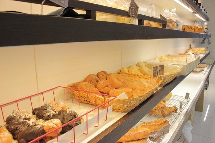 デニッシュやドーナツなど、スイーツパンの種類も豊富。 グラタンパンや、野菜をたっぷり使ったお惣菜パンも人気です。