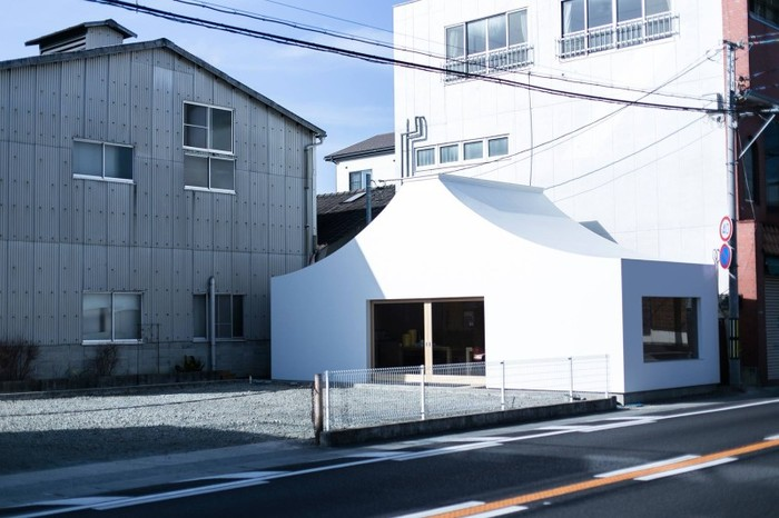 """山梨・甲府市にある五味醤油さん。敷地内にある富士山の形の白い建物は、""""食のものづくりワークスペース""""として誕生した「KANENTE」。名前の由来は、地元の金手自治会からとって、甲府のまちに根ざし、発展していくようにという意味を込めたそうです。"""