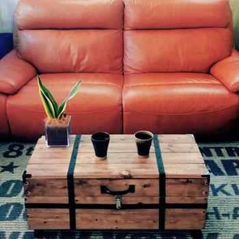 収納力も抜群のトランクテーブルは、スペースに限りがるある日本の家屋にもぴったり。キャスター付きなのでどこにでも移動できる手軽さも魅力です。