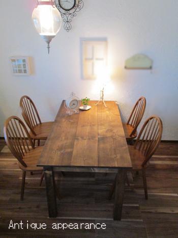 キッチンでもかなりの場所を占めるテーブルはインテリアの要。使えば使うほど馴染んでくるアンティーク風カフェテーブルは天然無垢材を使用したもの。毎日の使用でついてしまう傷もきっと素敵なツヤとともに味わい深いものになりそう。