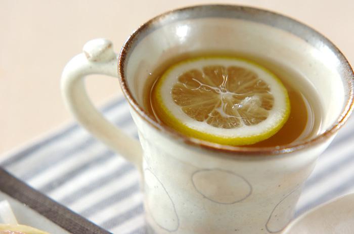 すりおろしたしょうがとハチミツで作る、シンプルなドリンク。レモンの爽やかさでさっぱりといただけます。しょうがはよく洗い、ぜひ皮ごとすりおろして使って下さいね。