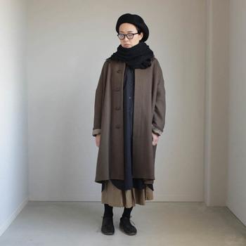 こちらは全体をロング丈でまとめたコーディネートです。コートの下はシャツワンピースとロングスカートの重ね着。微妙な丈の違いに上級者のテクニックを感じます。ベレー帽はおでこを出してすっきりと。メガネとの相性も抜群ですね!