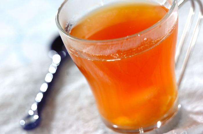 ハチミツ、ショウガ汁、シナモンパウダーでマリネしたオレンジに紅茶を合わせた、香りの良いフルーツティーです。アールグレイは少し香りが強いので、クセの少ないダージリンやアッサムなどの茶葉が合うそうですよ。