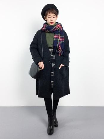 こちらはアウターとベレー帽の色を揃えたシックなスタイル。黒を基調としていますが、セーターやスカート、ストールがきれいな挿し色になっています。チェックとチェックを合わせるのは、ぜひ真似したい上級テクニックですね!