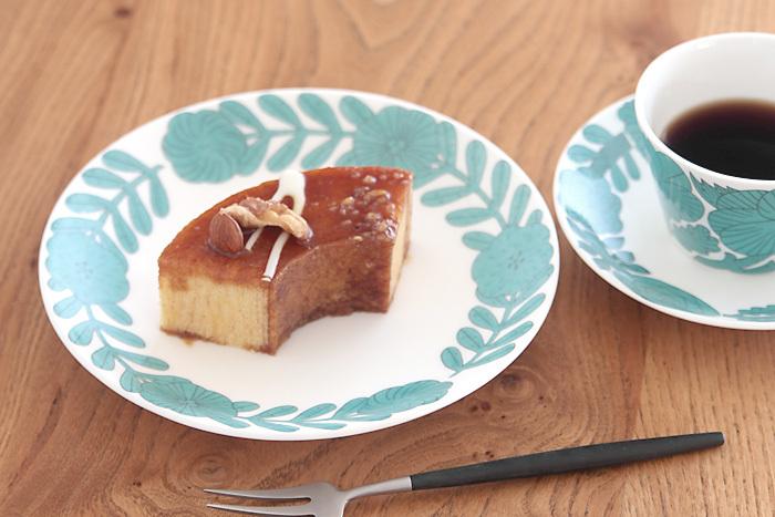 こちらは日本の作家、鹿児島睦さんとのコラボアイテムであるAPRIL(アプリール)というシリーズのプレートです。上品な色合いと北欧らしいお花のモチーフを使ったお皿は中央があいているので、盛りつけ初心者にも使いやすいですね。