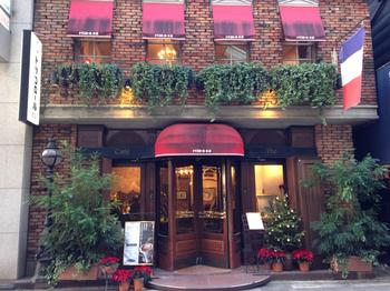 昭和11年創業の銀座を代表する老舗喫茶。回転ドアを回して店内に入れば、古き良き銀座のクラシカルな雰囲気を味わえます。