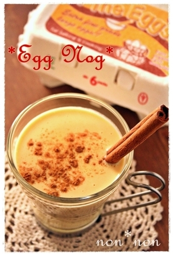エッグノッグは卵黄や生クリーム、牛乳、はちみつ、数種のスパイスを鍋でかき混ぜながら作る、アメリカのホリデーシーズン定番の甘いドリンクです。卵のおかげで、舌触りはフワフワとろり。卵酒やミルクセーキに近い味わいです。