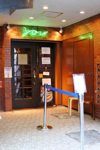 創業40年の老舗の喫茶店、喫茶YOU。歌舞伎座のほど近くにあるため、通い続ける歌舞伎役者さんも多いのだとか。入口には緑色に光る看板がどこか懐かしさを感じさせます。
