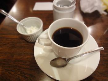 コーヒーはミルクの代わりにホイップクリームが添えられるスタイル。クリームをふんわりと乗せてゆっくり溶かしながら味わいたい。