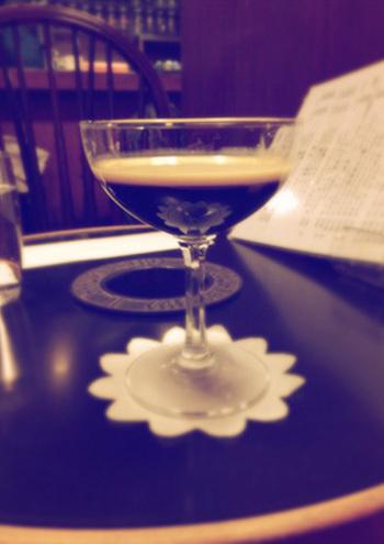名物のブラン・エ・ノワール(琥珀の女王) 。一見コーヒーゼリーのようですが、ミルクを浮かせてシャンパングラスでいただくれっきとした飲み物なのです!