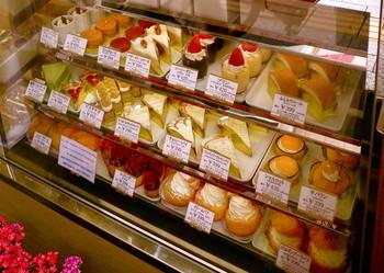 飲み物とケーキのセットが人気。迷ってしまうほどたくさんの種類の中から、好きなケーキが選べます。
