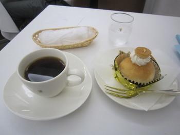 コーヒーは、ブルーマウンテンを主体にしたオリジナルブレンド。炭焼きではなく、ガスで浅めに焙煎し、店内で粗挽きにします。