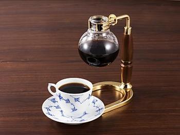 そして、椿屋珈琲店の大きな特徴は、珈琲マイスターが淹れる本格サイフォンコーヒー。SCJA(日本スペシャリティコーヒー協会)認定のサイフォニストが丁寧に淹れた、珠玉の味わいをぜひどうぞ。