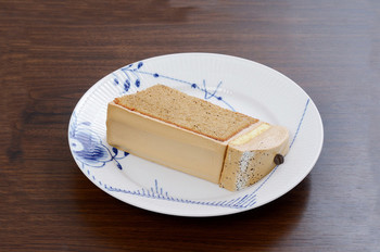 「珈琲シフォン」は、椿屋ブレンドの挽き豆を生地に入れ、ふわふわのメレンゲも珈琲味に仕上げた、珈琲づくしのシフォンケーキ。サイフォンコーヒーにもよく合うそうです。