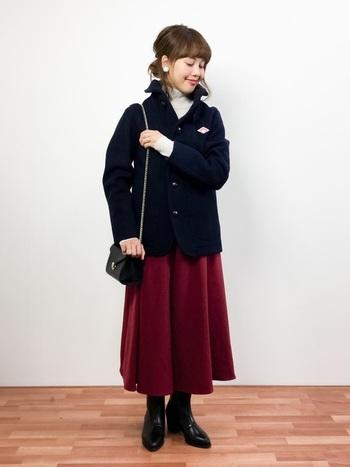 レディなスカートのコーデにも、シングルジャケットはよく合います。相性のいいカラーを考えてコーデしたいですね。