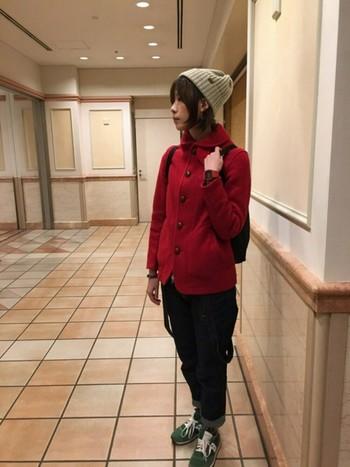 鮮やかな赤のジャケットを軽く羽織って、スカートとニット帽であわせれば、カジュアルにかわいく着こなせます。