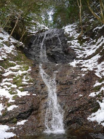「音無しの滝」は、かつて声明法師が習礼をした滝です。稽古を重ねるに従い、滝の音と声明が和して、やがて滝の音が消えて、声明の声のみが聞こえるようになることから名付けられたと伝わります。
