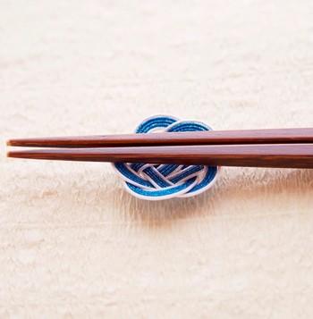 日本の伝統工芸の水引でできた箸置きです。こちらは「梅結び」という結び方でできています。おもてなしにぴったりですね。