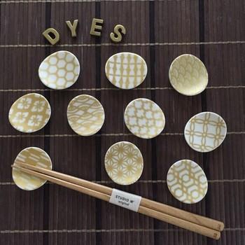 和風の紋柄が入った箸置きは、シンプルな白の楕円形とゴールドの紋様が美しいデザインです。和食だけでなく、洋食にも合わせられますね。