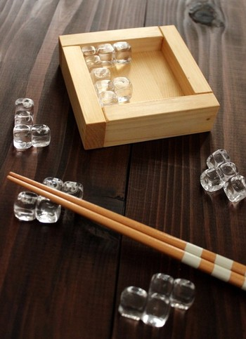 ガラスのキューブがつながったデザインの箸置きです。透明のガラスが涼しげで、季節を問わず使えます。一つ一つ形が違い、木製のケースにパズルのように入れられるのも魅力です。