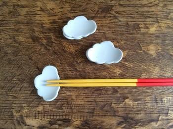 真っ白な半磁器土でできた、雲の箸置き。テーブルにちょこんと置いてあるだけで、ほっこりした気持ちになりますね。お子様にも喜ばれます。