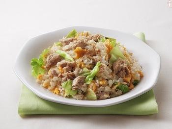 最初にフライパンでマヨネーズを溶かしてご飯に下味をつけたら、仕上げにツナ缶とレタスを混ぜるだけの簡単調理。 シャキシャキしたレタスの食感が堪りません♪