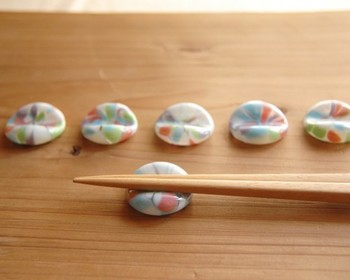 一つ一つ違った表情を見せるガラス製の箸置きです。カラフルな色の組み合わせで、食卓を華やかに見せてくれます。