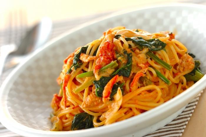 カニ・ほうれん草・トマトなど色合いも栄養成分もバランスの良いパスタは、少し贅沢したい時のディナーにいかがですか? カニ缶からでる旨みがあるので、味付けも簡単。豪華なのに味付けの失敗がないアレンジレシピです。