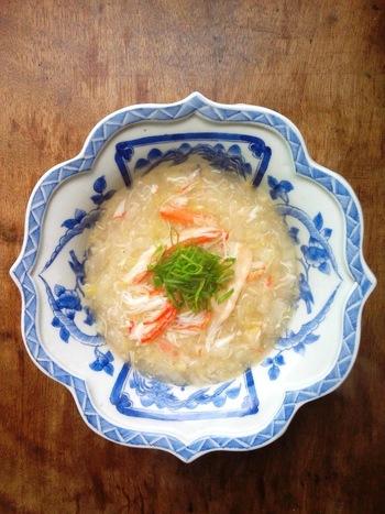 高級中華レストランに行くと、最初に出されるトロッとして濃厚な旨みのスープ。カニ缶を使えば手軽に作れるんです。 白菜の軸をじっくり炒めて、とろみと甘みをしっかり引き出すのがポイントですよ!