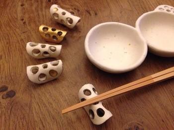 薄切りのれんこんが、くるっと丸まった形の箸置きです。陶器の表情がしっかり出ていて、毎日のご飯がおいしく感じられそうです。