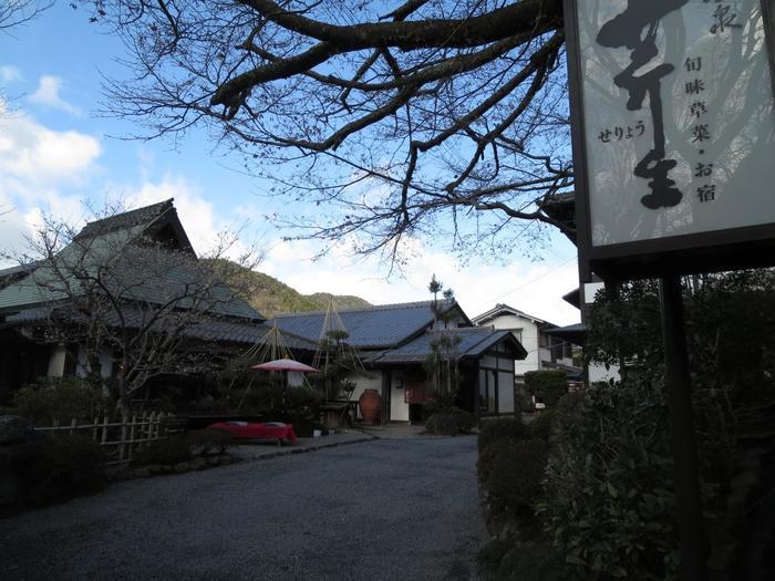 三千院門前の「芹生茶屋」は、大原の老舗料理旅館。宿泊しなくても、老舗ならではの美味しい料理が頂けます。