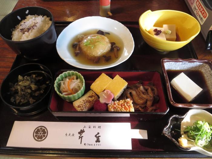 湯豆腐付きの懐石料理「湯豆腐会席」も人気です。【画像は、「湯豆腐会席」に付く料理とご飯、香の物】