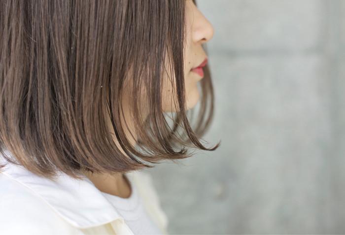 """前髪も後ろ髪も同じ髪の長さに揃えたヘアスタイルのことを主に""""ワンレングス""""と呼びます。シンプルな髪型なので、カールやパーマなどで毛先のニュアンスを楽しむのもおすすめ。"""