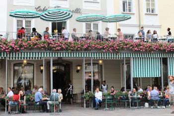 歩き疲れたらカフェで一休みして。テラスのパラソルがおしゃれです。  写真は「cafe Tomaselli(トマセッリ)」 1705年創業のザルツブルク最古の老舗カフェ。なんと400席もあるのだとか。