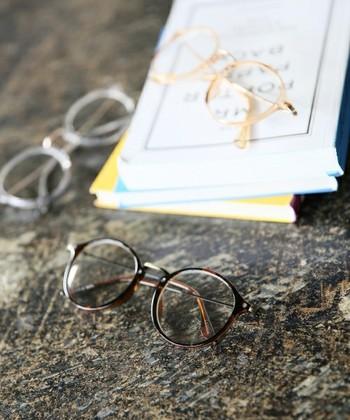小さく効かせることで、コーデを格上げしてくれるメガネ。何か物足りない時にこそ、顔回りにポイント使いするのがおすすめです。