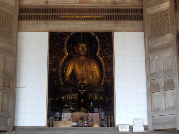 """「勝林院」には、""""大原問答""""の時に、光明が掌から放たれ、法然の論が正しいと示したと伝わる""""証拠の阿弥陀""""が祀られています。  法然上人は、平安末期から鎌倉初期にかけて僧です。「南無阿弥陀仏」と唱えれば、誰もが平等に往生できるという専修念仏の教えを説いた浄土宗の開祖です。""""大原問答""""とは、法然上人がこの勝林院において「どうしたら悟りの境地に入れるのか」という問いに対して答えた、仏教史上において有名な問答のことです。"""