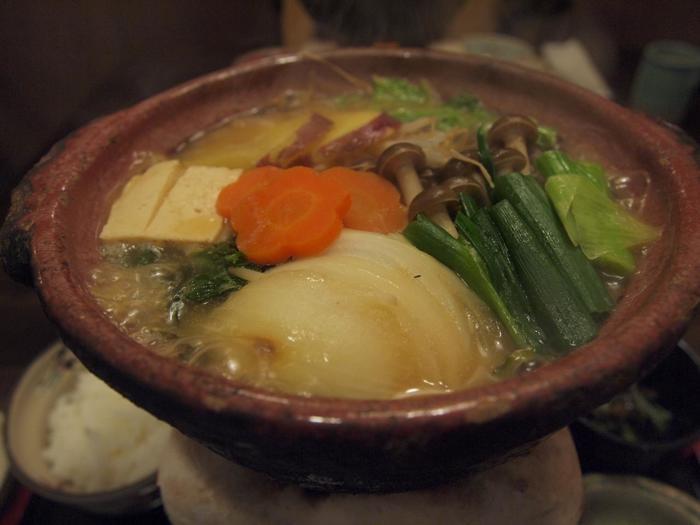 名物は、もう一つの姉妹店「味噌庵」の味噌を使った「味噌鍋」。一度味わったら、ヤミツキになる美味しさと評判の人気鍋料理です。