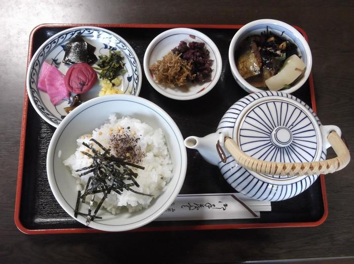 人気は、きのこそばに小鉢やご飯が付いた「田舎定食」や「しば漬茶漬けセット」。 【画像は、自家製コシヒカリのご飯と大原のしば漬け、京都ならではのちりめん山椒、ニシン煮付けがセットになった「しば漬け茶漬け」。】