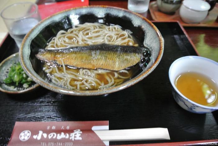 """庭園が望める食事処で頂くのは、蕎麦の風味がたっぷりと味わえる、蕎麦粉100%の""""十割そば""""。 【画像は、京都ならではの「にしんそば」。】"""