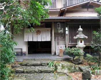 三千院の近くの大原の老舗旅館「小の山荘」。 宿泊しなくても、純和風建築の旅館の中でゆったりと食事が頂けます。