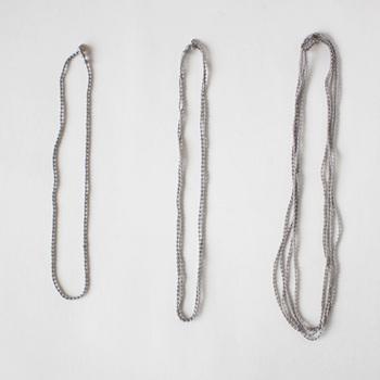 オリジナルのシルク糸で作られたネックレスは、3サイズから選べます。光が当たるとキラキラと上品な輝きがあり、糸で出来ているから軽く着け心地がとっても優しいんです。
