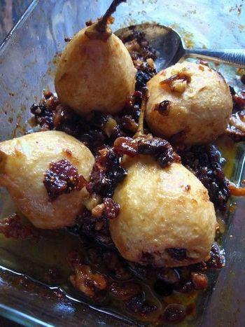 皮をむいて中を少しくり抜き、その中にナッツやドライフルーツを詰めてオーブンで焼いた、見た目もオシャレでとりわけしやすい、デザートはおもてなしにも使えそう。