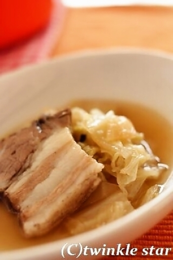 白菜から出る水分だけで煮込むから旨みたっぷり。無水料理が得意なSTAUBだからこそできる、簡単あったか煮込み料理です。
