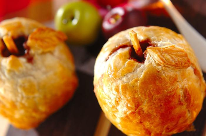 冷凍のパイシートで作るまるごとリンゴのアップルパイは、見た目もインパクトがあるので、大勢が集まる際のデザートに出せば、場がさらに盛り上がりそう。